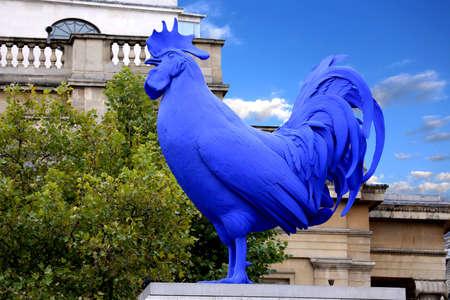 LONDRES, Royaume-Uni - 17 Août Hahn Cock une sculpture d'un coq géant bleu par l'artiste allemande Katharina Fritsch à Trafalgar Square, Londres, Royaume-Uni le 17 Août 2013 Banque d'images - 24820537