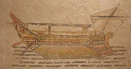 bajo y fornido: Mosaico romano antiguo de principios del siglo tercero que representa a un barco mercante fornido se encontr� en el umbral al frigidarium de Themetra conocido como el d�a moderno Chott Merium en T�nez