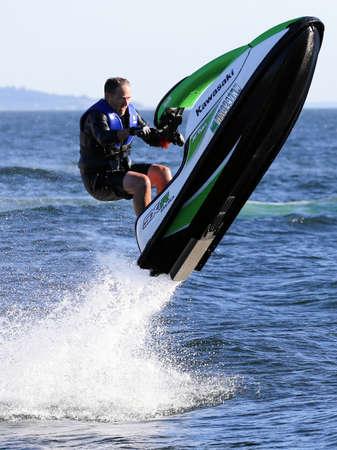 moto acuatica: Seattle, Washington - 09 de julio 2014: Jet Ski de Kawasaki, un fabricante de motos acuáticas premier