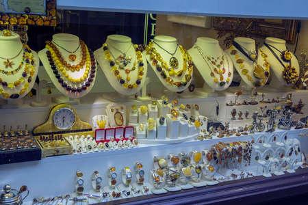 Warschau, Polen - 7 juni 2015: Een winkel venster met amber sieraden.