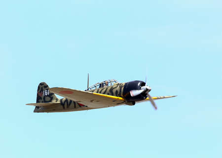 reisen: Everett, WA, USA - July 30, 2016: A Mitsubishi A6M3 Zero was seen flying over Everett Paine Field.