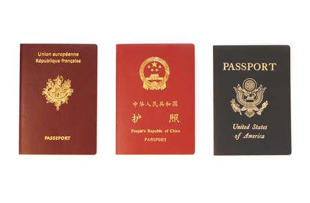 Frans, Chinees en US paspoorten geïsoleerd op een witte achtergrond.