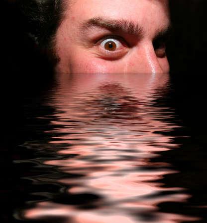 仄暗い水の底から出てくる怖い顔