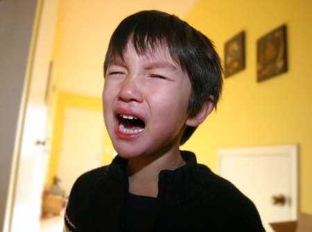 Drie jaar oude jongen die woedeaanval