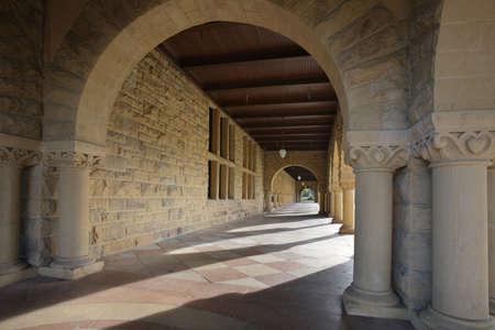 Lange corridor van Arches langs een geopende binnenplaats