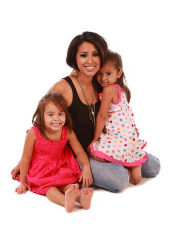 ni�os latinos: Las hijas y la mam� en fondo blanco