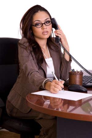 Administratief medewerker op de telefoon op zuivere witte achtergrond