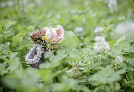 Hochzeitsblumenarmband auf dem Gras, mit Tannenzapfen und Rosen