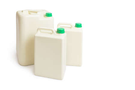envases plasticos: Los recipientes de plástico galón química con tapa verde en dos tamaños, aislados en fondo blanco con un poco de sombra proyectada, sitio para el texto copyspace