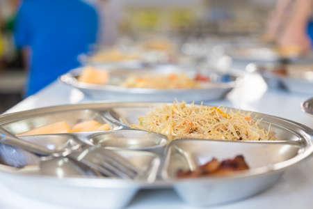 comedor escolar: conjunto de almuerzo escolar, fideos y pollo conjunto almuerzo para estudiantes de primaria, enfoque selectivo en fideos