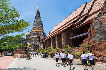 Ayudhaya、タイ - 2017 年 9 月 14 日 - 地元タイの学生訪問有名な寺院、ワットヤイチャイモンコン、2017 年 9 月 14 日に、学校の遠足で Ayudhaya、タイの学校
