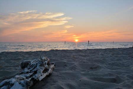 Silouhette of paddleboarder at sunset on Lake Michigan, Muskegon State Park beach Standard-Bild