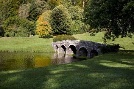 Puente en jardines Stourhead, Wiltshire Foto de archivo