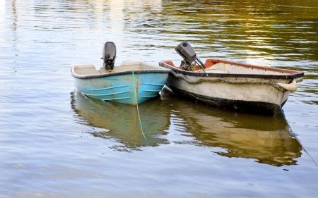Dos botes de colores amarrado en un puerto