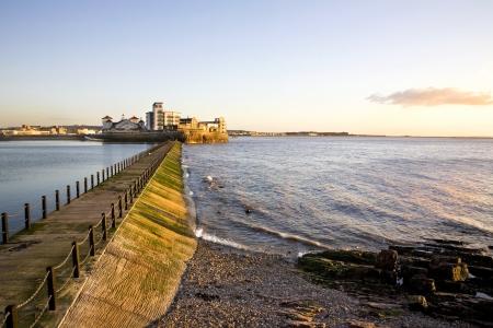 Ver el final de la tarde a trav�s de la calzada en lago marino, Weston Super Mare, Somerset Foto de archivo