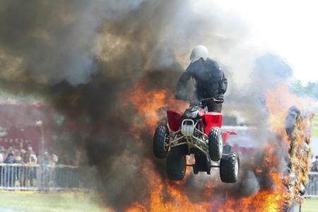 Una bicicleta de quad en un acto de saltar a trav�s del fuego