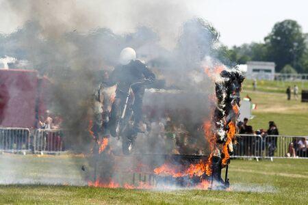 Un motorista en un acto de saltar a trav�s del fuego