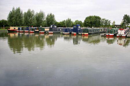Una l�nea de barcazas de amarre en un puerto deportivo Foto de archivo