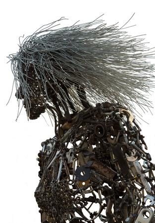 Una figura de una mujer hecha de chatarra y tuercas y tornillos aislados sobre un fondo blanco