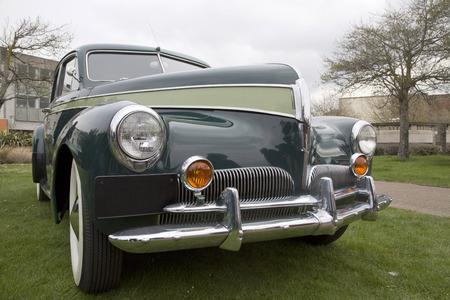 Primer plano de la parte frontal de un viejo coche americano de la vendimia en una pantalla aparcamiento exterior Foto de archivo