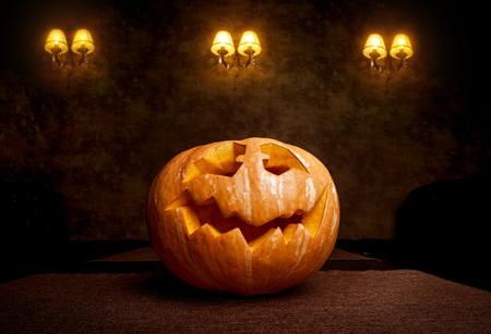 tallado en madera: Scary face pumpkin with old lantern on the black backdrop on Halloween Foto de archivo