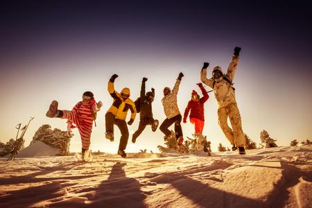 Heldere kleuren snowboarders die zich voordeed op blauwe hemel achtergrond. Sheregesh, Siberië, Rusland Stockfoto