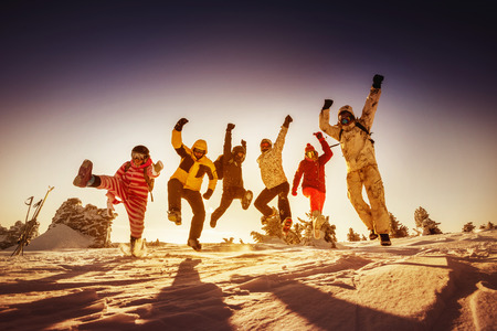 Bright color snowboarders posing on blue sky backdrop. Sheregesh, Siberia, Russia Imagens - 67072836