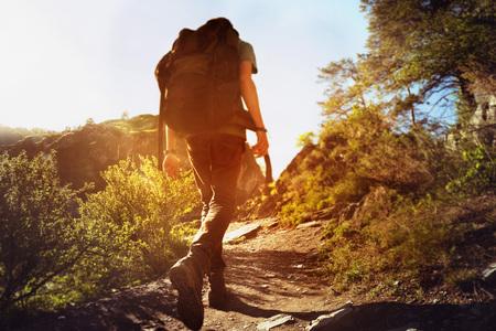 escalando: El hombre va en caminata cuesta arriba