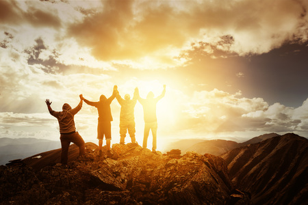 Groep volkeren op de bergtop in de winnaar pose Stockfoto - 66274932