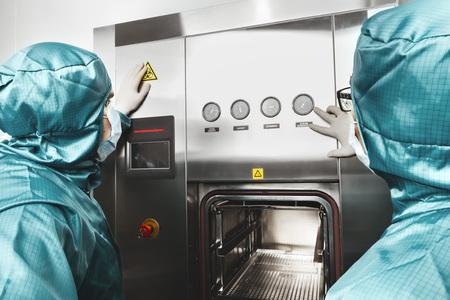 Deux scientifiques travaille en laboratoire et se penche sur le tableau de bord Banque d'images