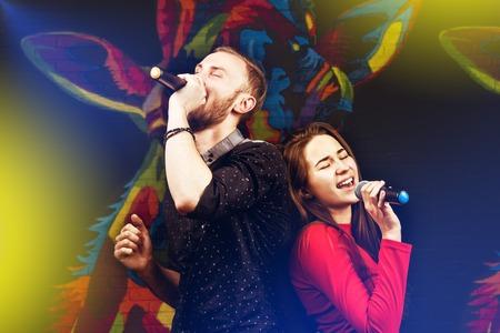 Gelukkige paar zingen in karaoke-nachtclub