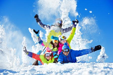 Groep gelukkige vrienden skigebied