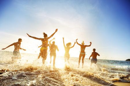 군중 사람 친구들 일몰 해변 휴가