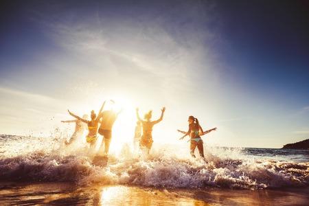 Grote groep vrienden zon strand reizen Stockfoto