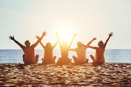 그룹 행복 한 사람들 비치 바다 일몰 개념