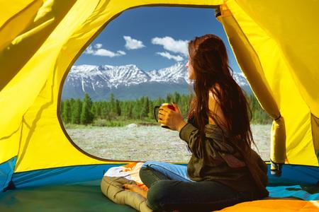 Jeune femme, tasse, montagne, tente Banque d'images - 80909223