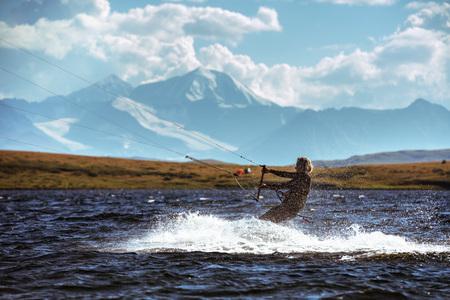 女性カイト山の湖でサーフィン 写真素材