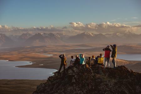 Grote groep vrienden op de bergtop Stockfoto