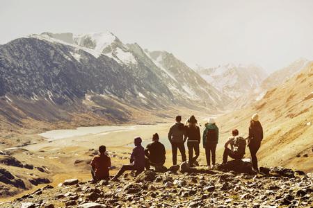Amici di gruppo turisti vista montagna Archivio Fotografico - 86368519