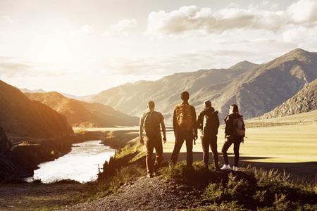 Grupa czterech osób koncepcja podróży w górach Zdjęcie Seryjne
