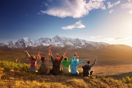 Gruppo di sei amici felici stanno divertendosi in cima alla montagna