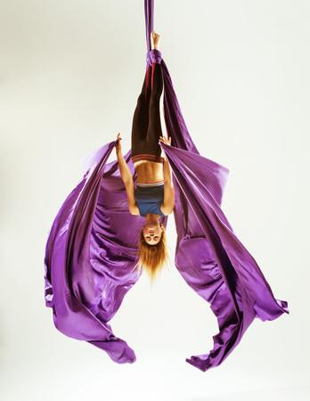 空中体操選手のアクロバットは、ファブリックに吊り下げ