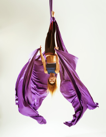 Aerial gymnast acrobat hanged on fabric Banque d'images