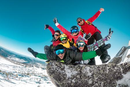 Group of happy friends tourists are having fun at ski resort. Ski and snowboard resort Sheregesh 版權商用圖片 - 161430781