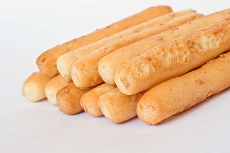 gressins: Breadsticks de graines de s�same sur blanc
