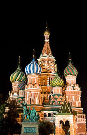 kremlin: Kathedraal van Sint Basil op het Rode plein in de nacht, Moskou, Rusland
