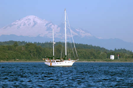 Sail Boat in front of Mt. Baker 版權商用圖片