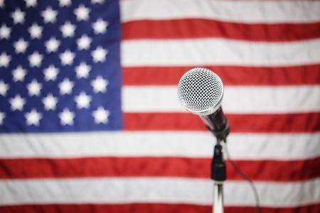 Mikrofon vor der amerikanischen Flagge Standard-Bild - 4602651