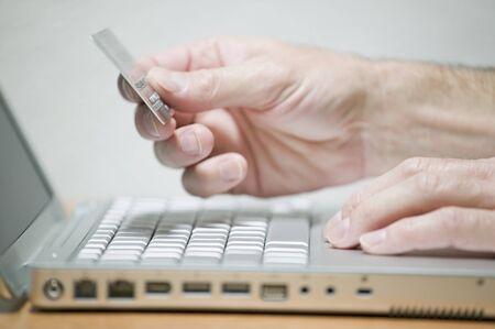 Uomo utilizzando la carta di credito on-line, fotografia del concetto Archivio Fotografico - 9645344
