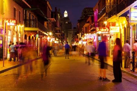 New Orleans, Louisiana, USA - 31 agosto 2008: i turisti non identificati e partito frequentatori godono della vita notturna in Bourbon Street nel famoso quartiere francese di New Orleans. Archivio Fotografico - 9671489